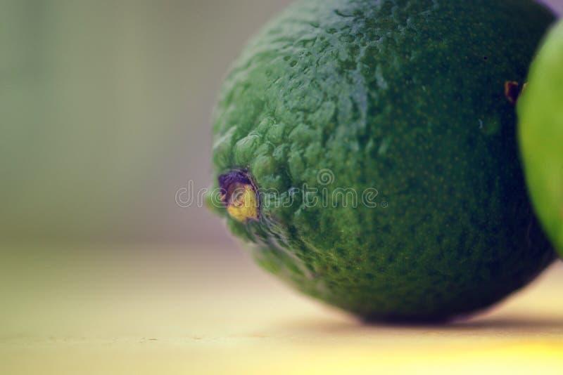 Темные ые-зелен известки стоковые фото