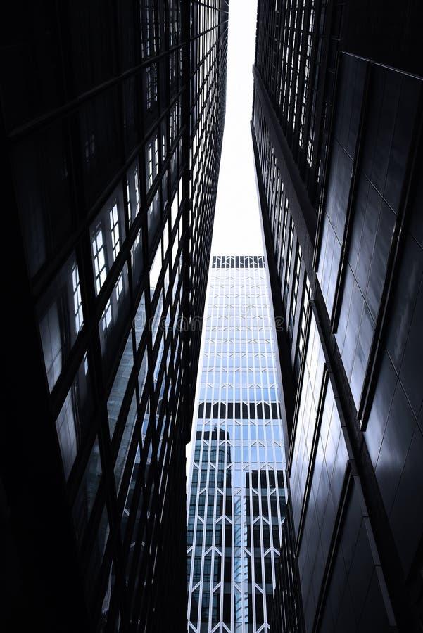 Темные monotone небоскребы в городе Гонконга с драматическим светом стоковые изображения
