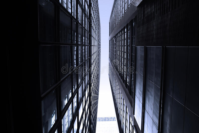 Темные monotone небоскребы в городе Гонконга с драматическим светом стоковые фото