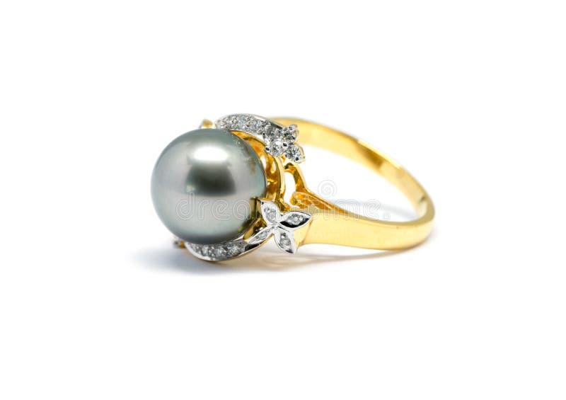 Темный жемчуг при изолированное кольцо диаманта и золота стоковое изображение rf