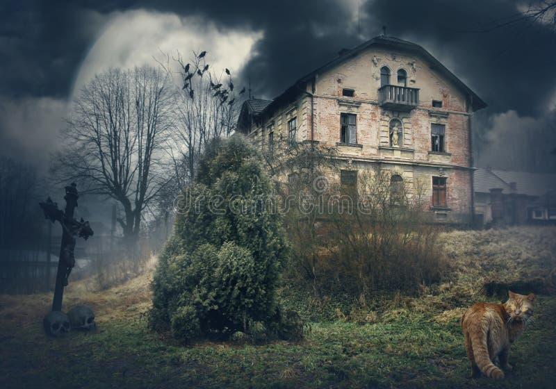 Темный загадочный ландшафт хеллоуина с старым домом стоковые фотографии rf
