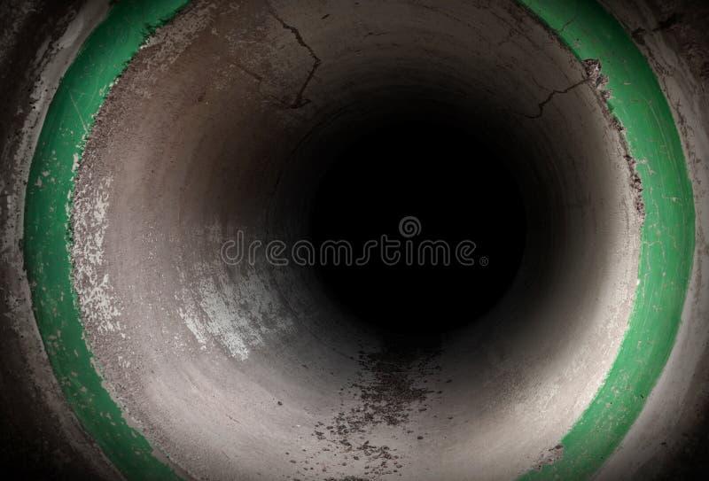 Темный интерьер круглого конкретного тоннеля стоковые изображения