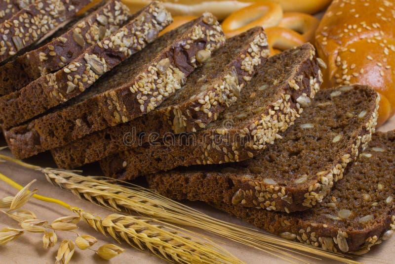 Темный и белый хлеб, ручки ячменя стоковое изображение rf