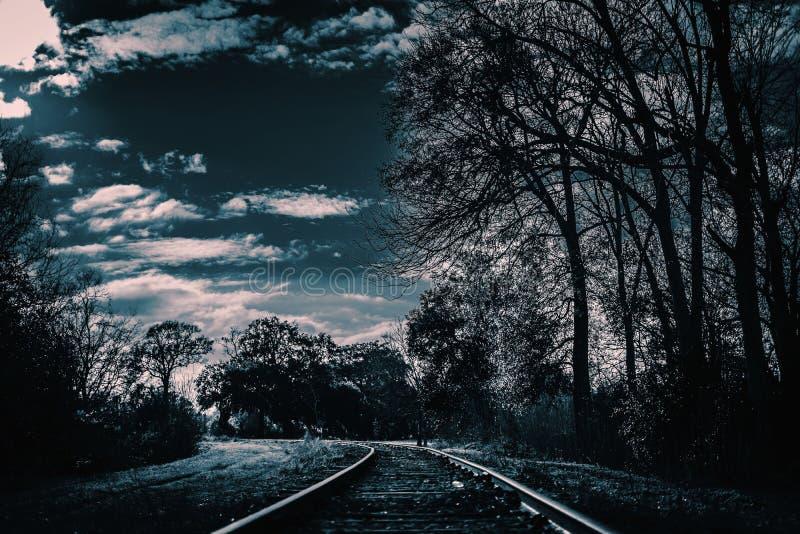 Темный и страшный железнодорожный путь Это будет хорошо для ужаса, и страшных проектов стоковые фото