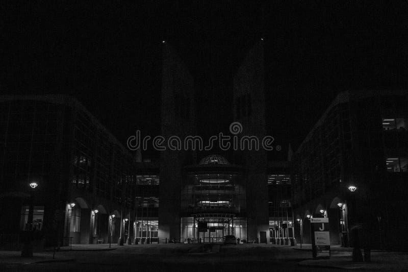 Темный контраст светов на общественном актовом зале стоковые изображения