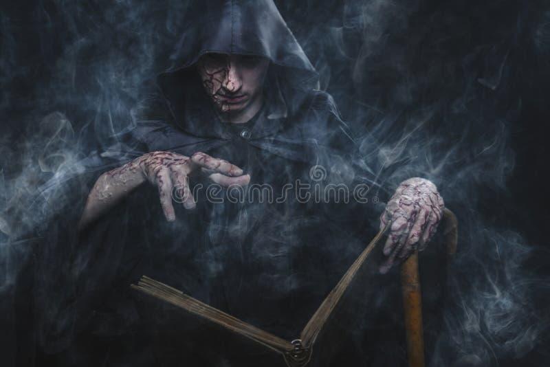 Темный колдун бросая произношение по буквам стоковое фото