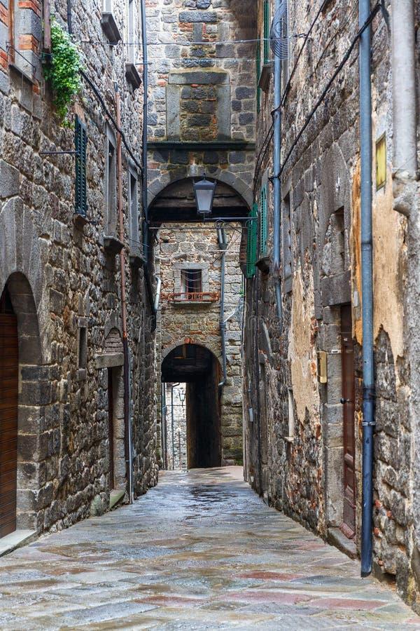 Темный переулок в живописном старом городке стоковое фото rf