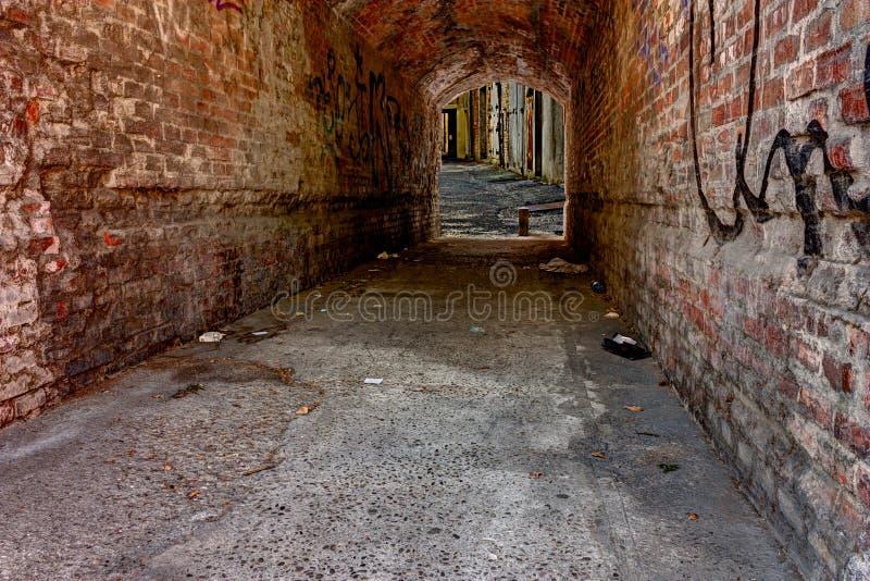 Темный переулок стоковое фото