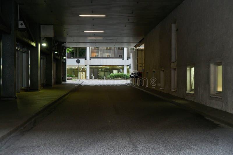 Темный подземный переход с улицей в Гамбурге стоковое фото