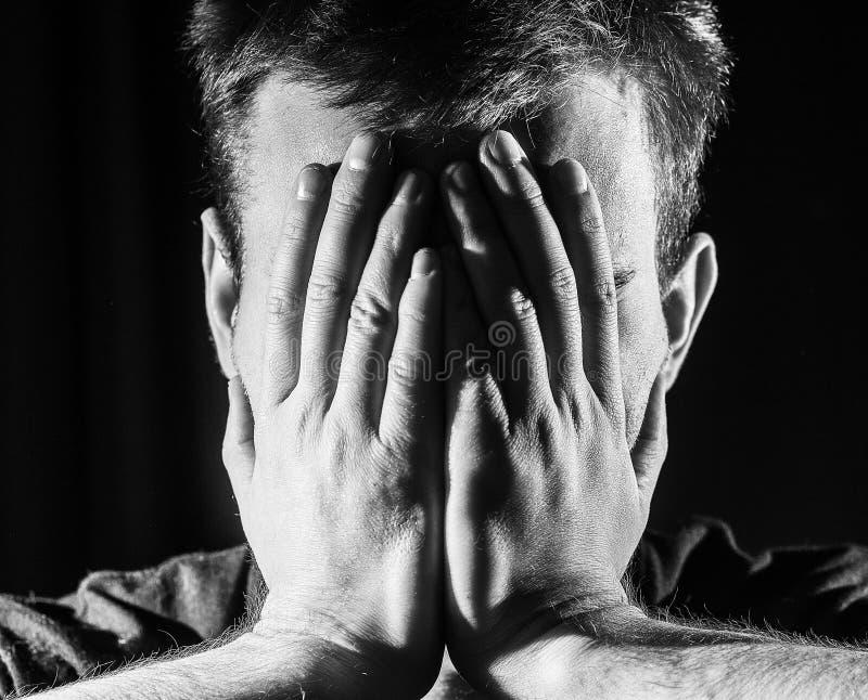 Темный портрет усиленного унылого человека на черной предпосылке, coveri стоковые изображения