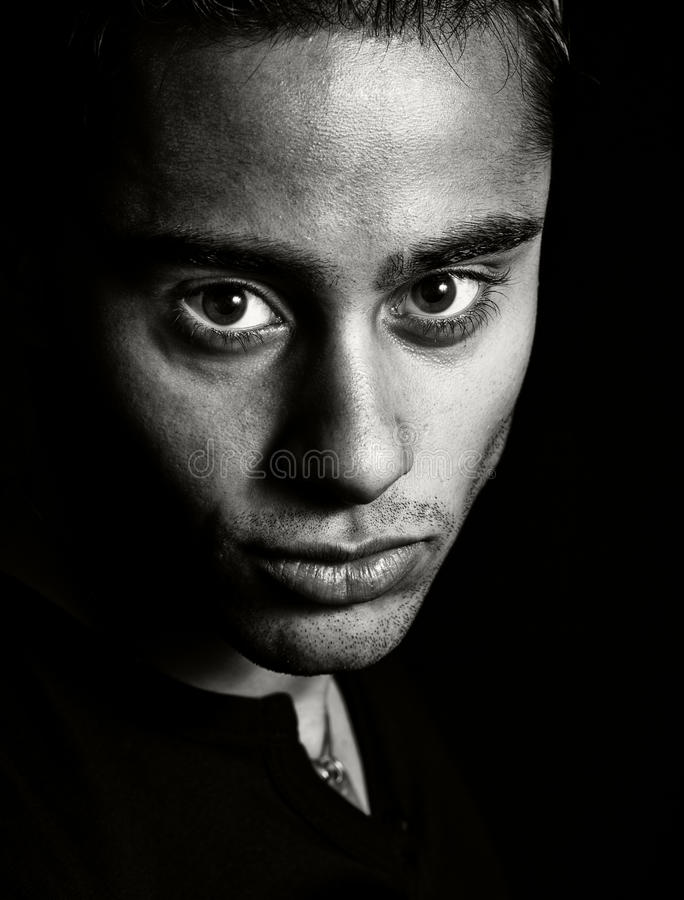 темный портрет человека одного выразительной стороны стоковое изображение
