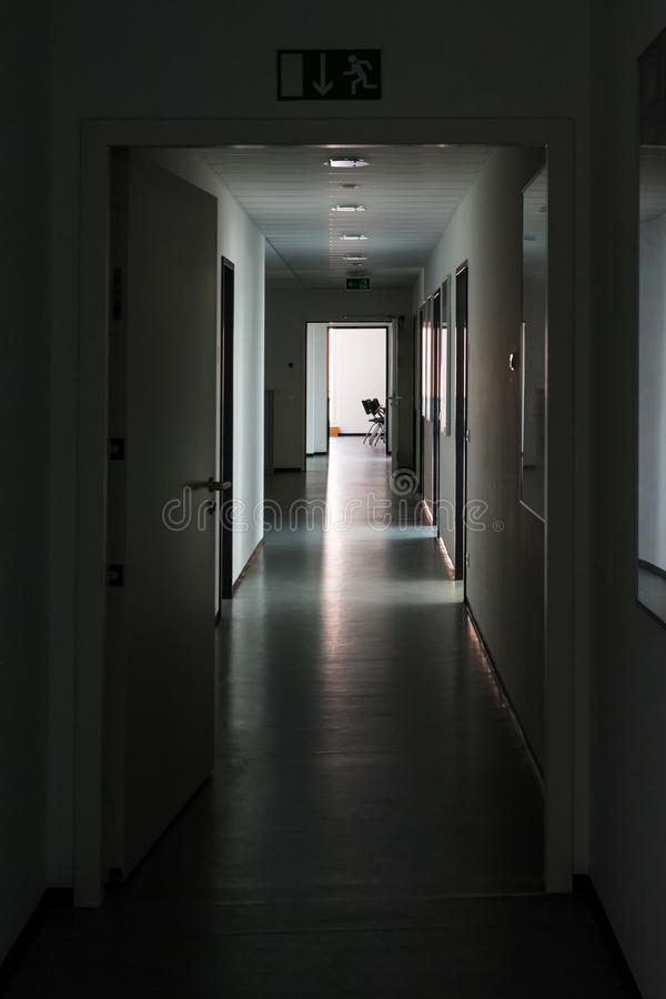 Темный свет прихожей на офисе Da безмолвия самого интересного конца загадочном стоковое фото rf
