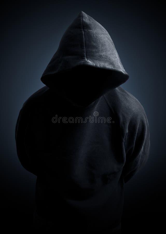 темный свитер человека hoodie стоковые фотографии rf
