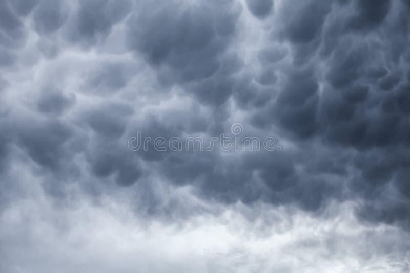 Темный - серая бурная предпосылка облачного неба стоковая фотография