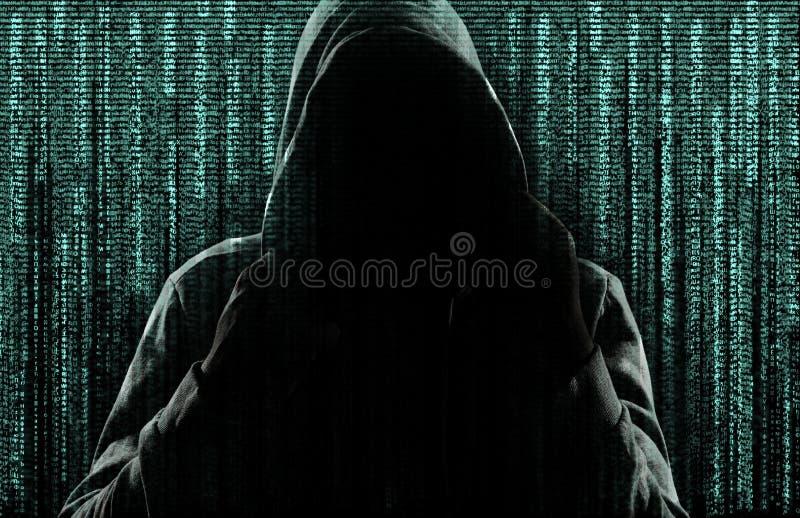 Темный силуэт преступника кибер против предпосылки стоковые изображения rf