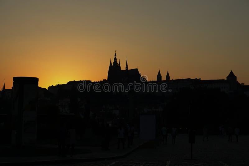 Темный силуэт замка Праги в чехии во время захода солнца стоковые изображения rf