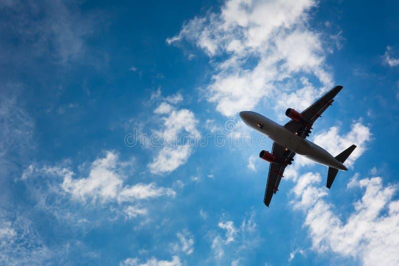 Темный силуэт самолета стоковое фото