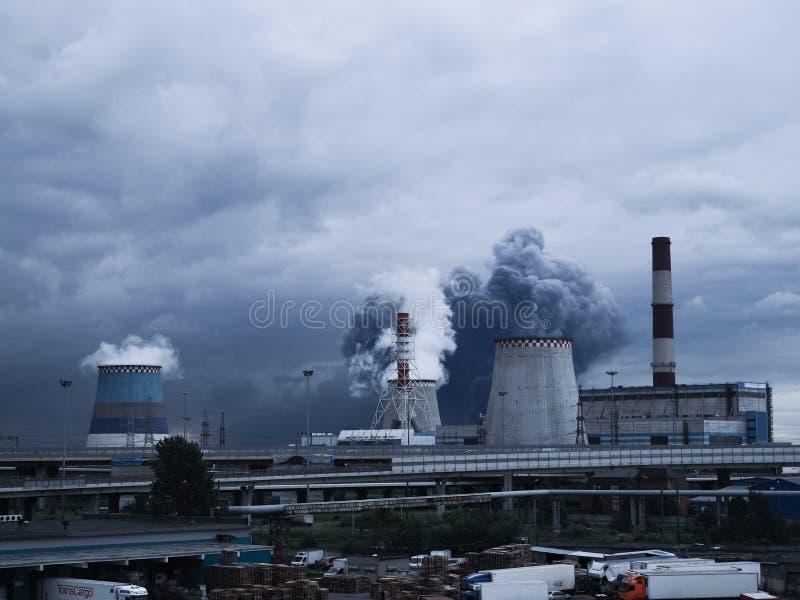 Темный смог от трубы атмосферическое излучение Россия святой petersburg стоковая фотография rf