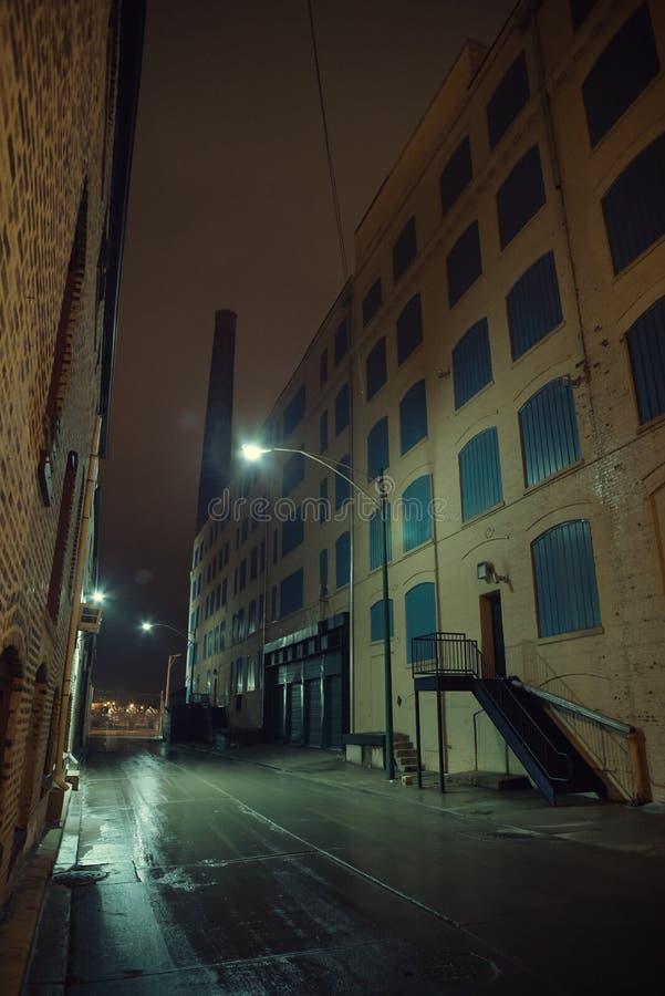 Темный туманный городской переулок города на ноче после дождя стоковая фотография rf