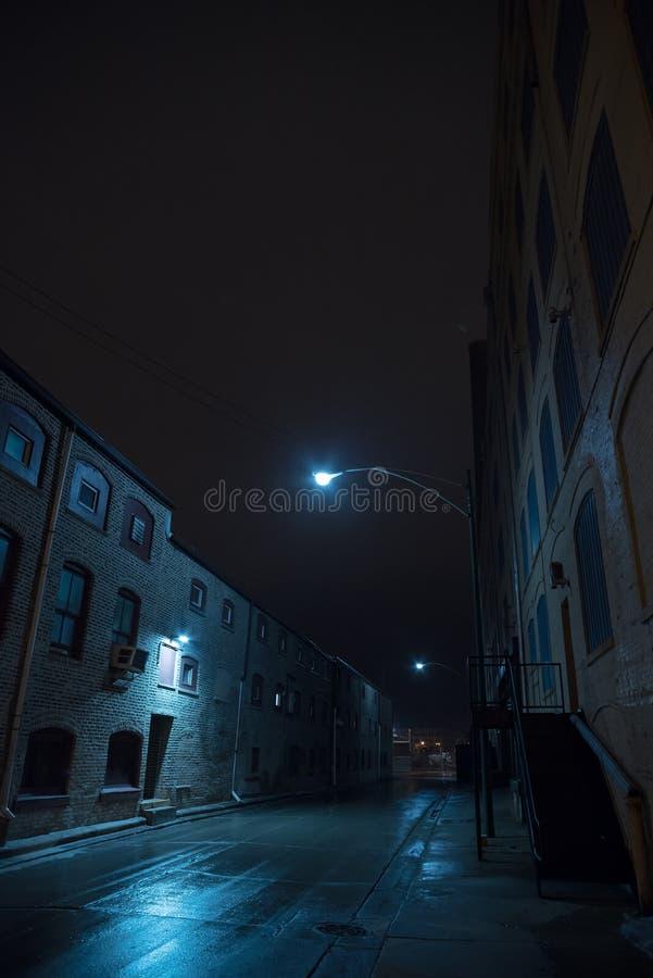 Темный туманный городской переулок города на ноче стоковые фотографии rf