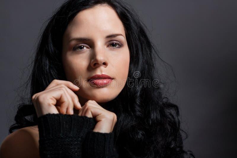 Темный унылый портрет красоты брюнет стоковое фото rf