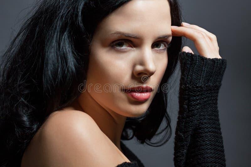 Download Темный унылый портрет красоты брюнет Стоковое Фото - изображение насчитывающей женственность, серо: 37929954