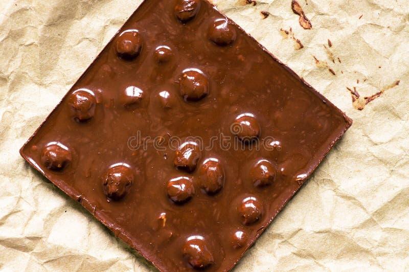 Темный шоколад с melt гаек стоковая фотография