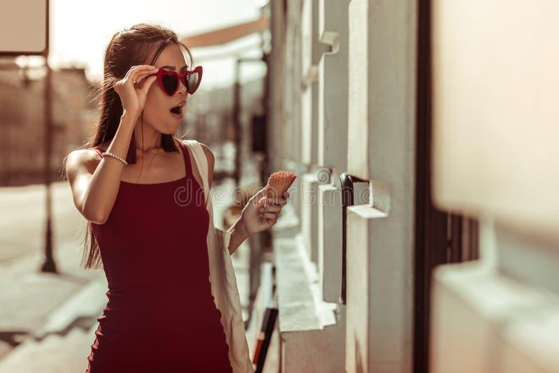 Темн-с волосами тонкое горячее сотрясенное чувство женщины пока идущ улицы стоковая фотография