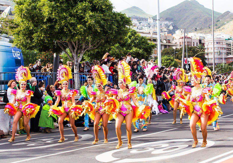 ТЕНЕРИФЕ, ИСПАНИЯ - 4-ОЕ МАРТА: В известной масленице Santa Cruz de Тенерифе, характеры и группы к ритму  стоковые фото