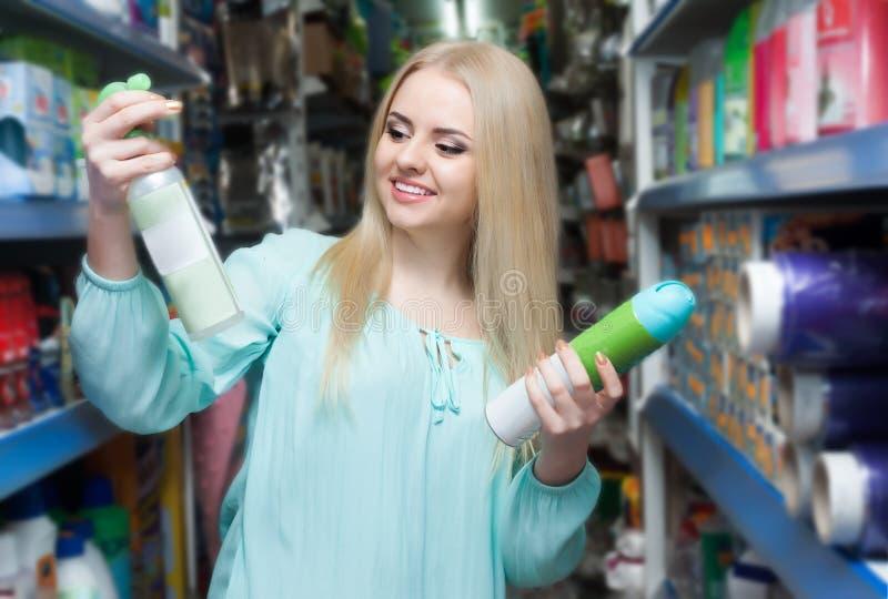 Тензиды женского клиента покупая для прачечной стоковое изображение rf
