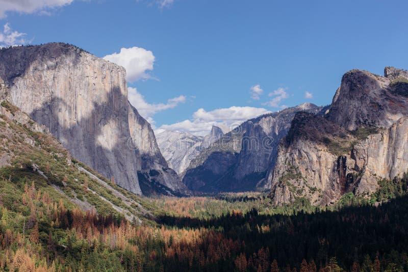 Тени бросания облаков над долиной Yosemite, Калифорнией стоковое фото