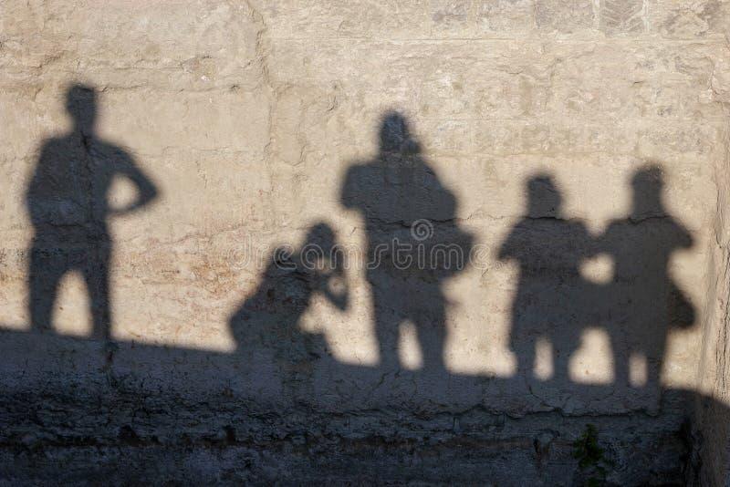 Тени женщин и людей стоковые фото