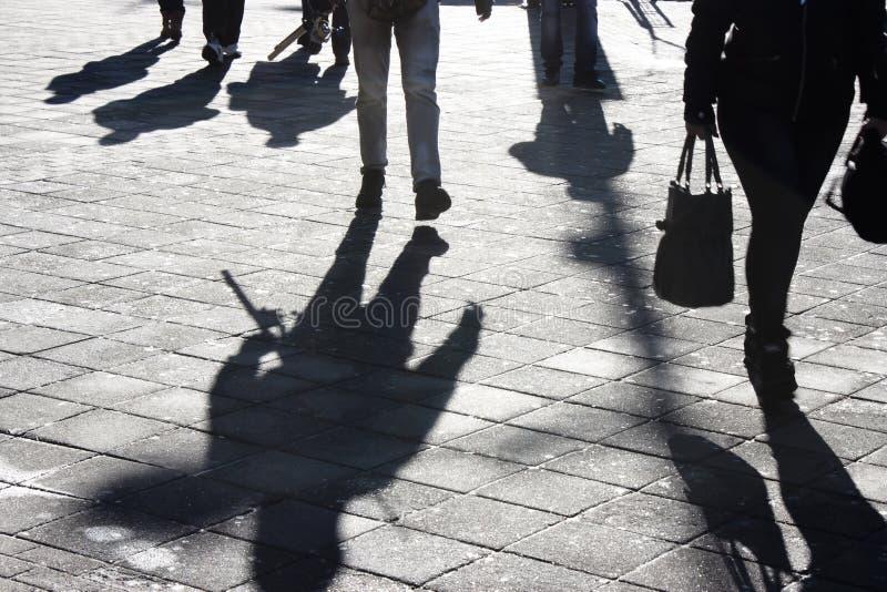 Тени и силуэты людей в улице стоковые изображения rf