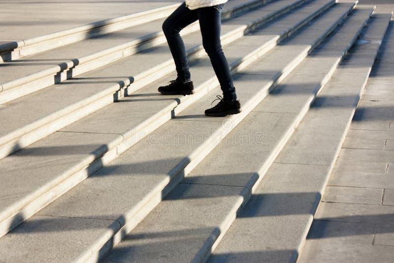 Тени людей на лестницах стоковые фотографии rf
