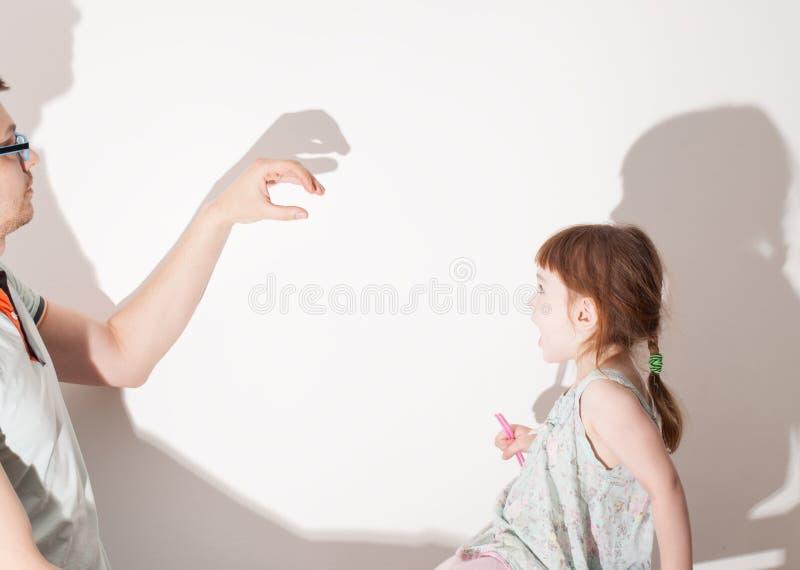 Тени от руки на белой стене стоковая фотография rf