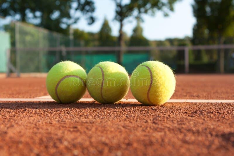 3 теннисного мяча на теннисном корте стоковая фотография