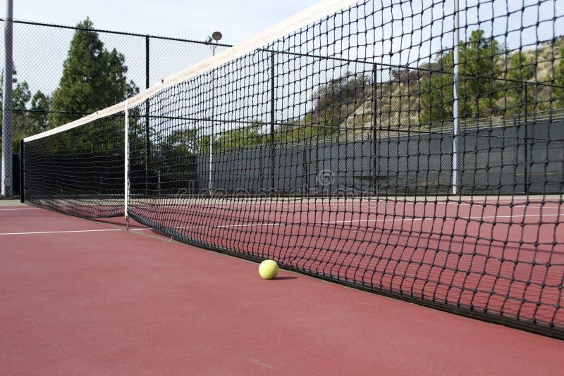 Теннисный корт с теннисным мячом сетью стоковое изображение