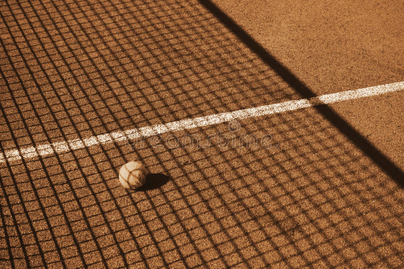 Теннисный корт с теннисным мячом стоковые изображения rf