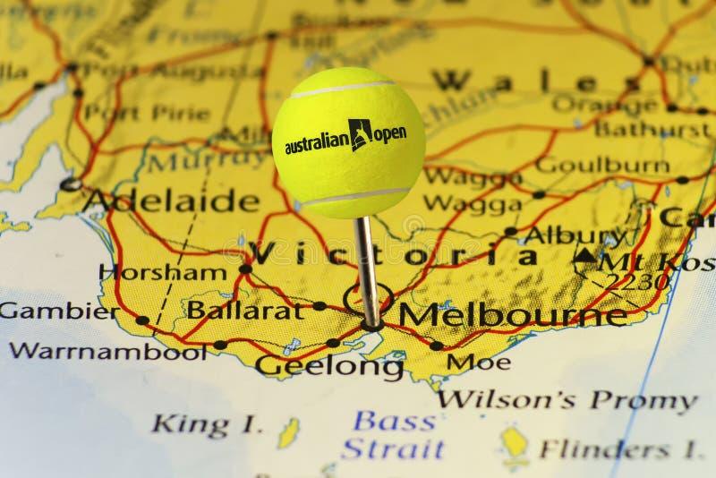 2016 Теннисный мяч открытого чемпионата Австралии по теннису официальный как штырь на карте Австралии, прикалыванной на Мельбурне стоковое изображение rf