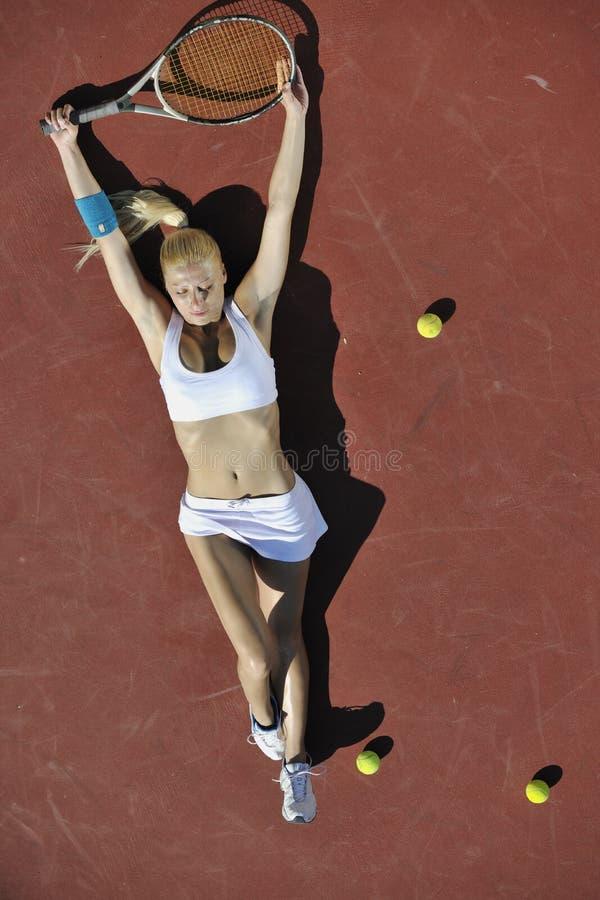 Теннис игры молодой женщины напольный стоковое фото rf