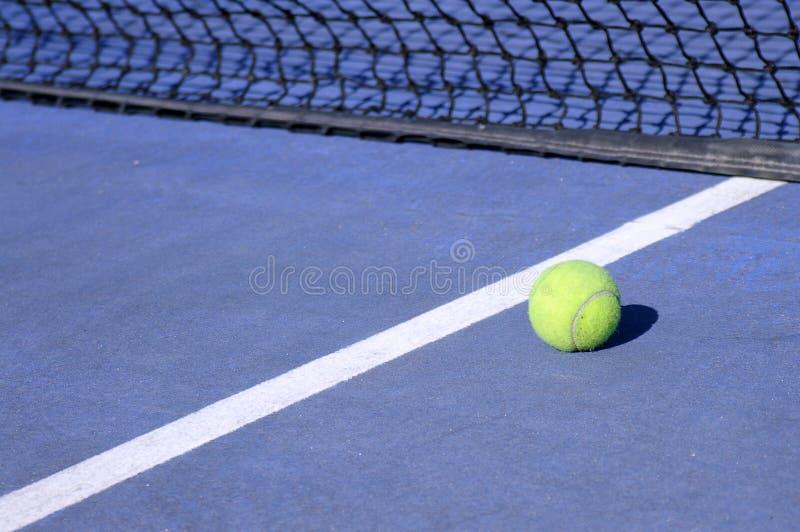 Download теннис шарика стоковое фото. изображение насчитывающей конкуренция - 490402