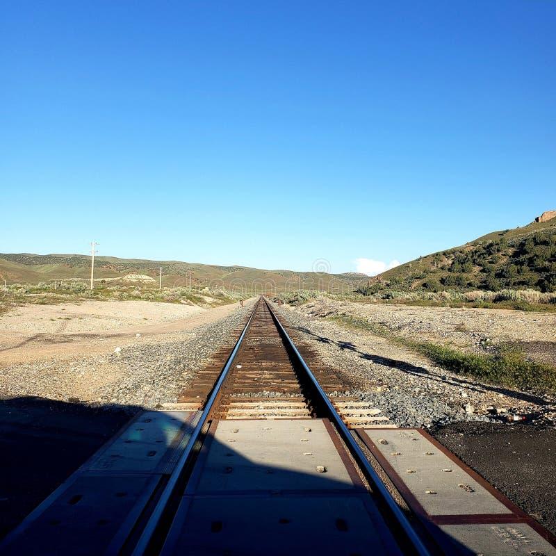 Тень автомобиля над железнодорожными путями стоковые фотографии rf