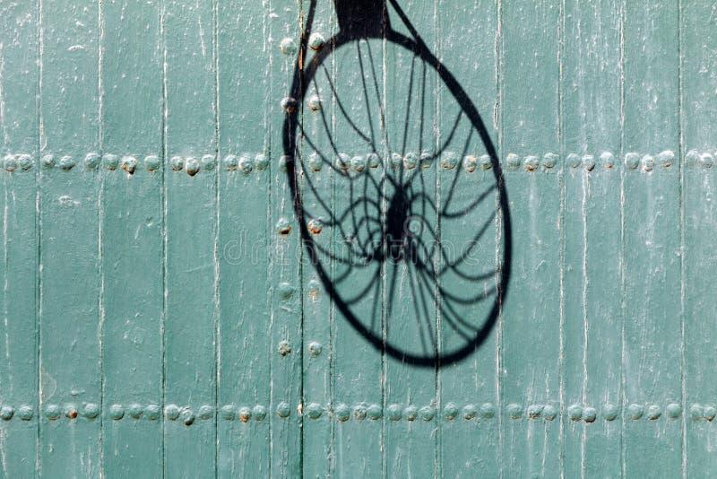 Тень баскетбола чистая на текстурированной двери стоковые фото