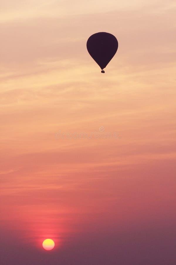Тень воздушного шара когда восход солнца стоковое изображение