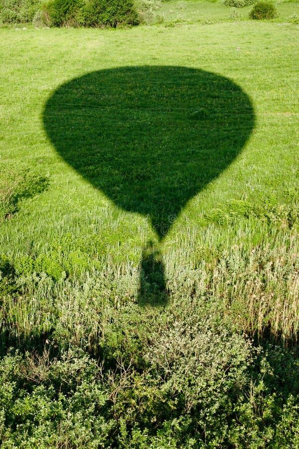 Тень воздушного шара на предпосылке зеленого луга стоковые изображения rf