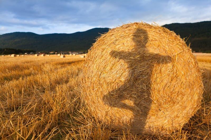Тень девушки делая йогу на связке сена стоковое изображение