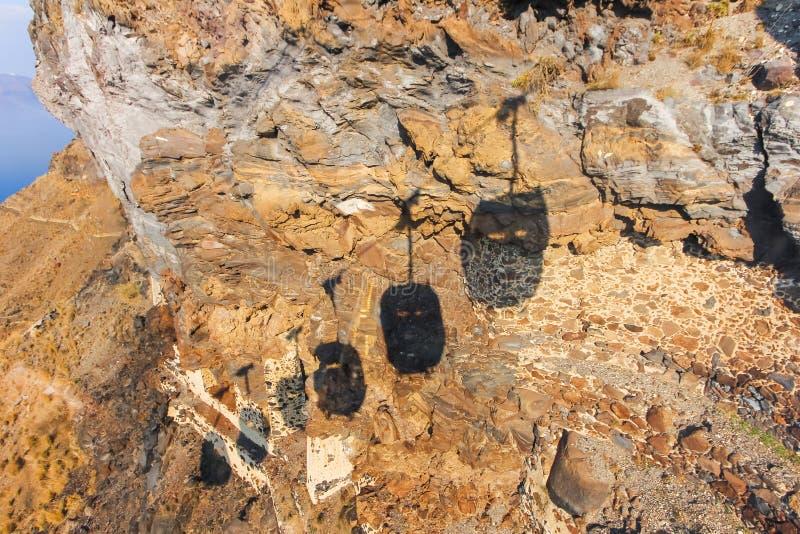 Тень езды кабеля вниз к старому порту городка Thira стоковые изображения rf
