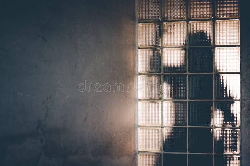 Тень женщины отражает за зеркалом Призрак и зло co стоковые фото
