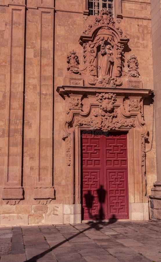 Тень на красных дверях стоковые фото