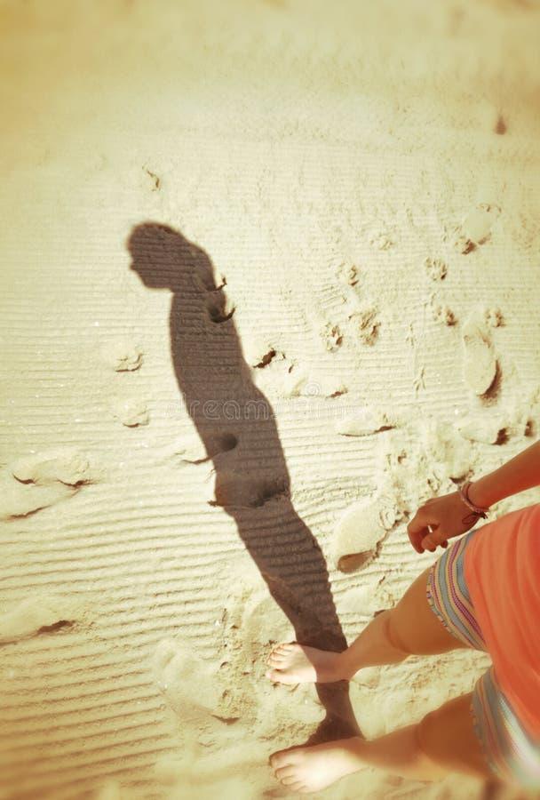 Тень на пляже стоковое изображение
